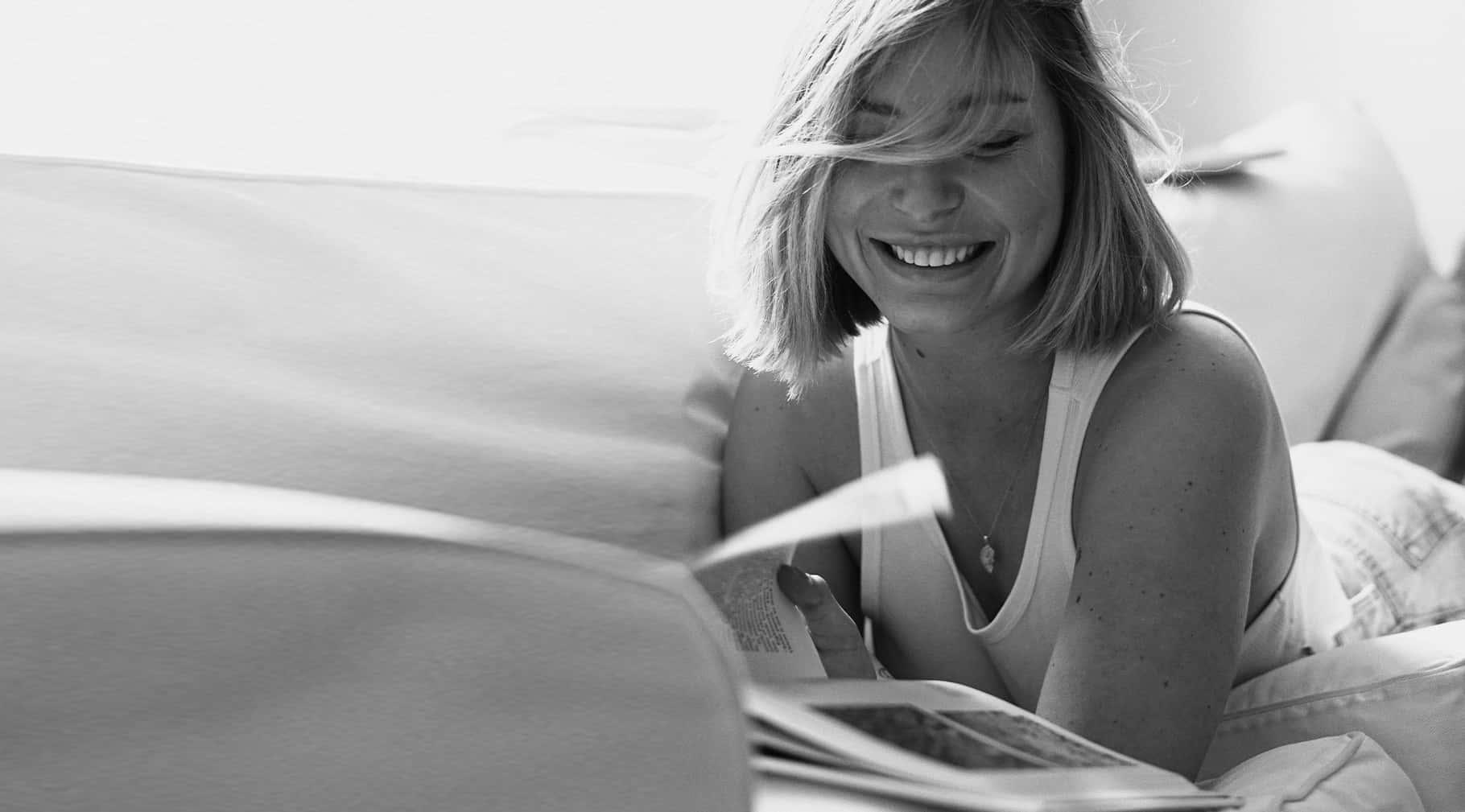kobieta z książką na czarno-biało